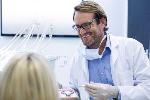 hammaslääkäri tutkii potilasta vastaanotolla