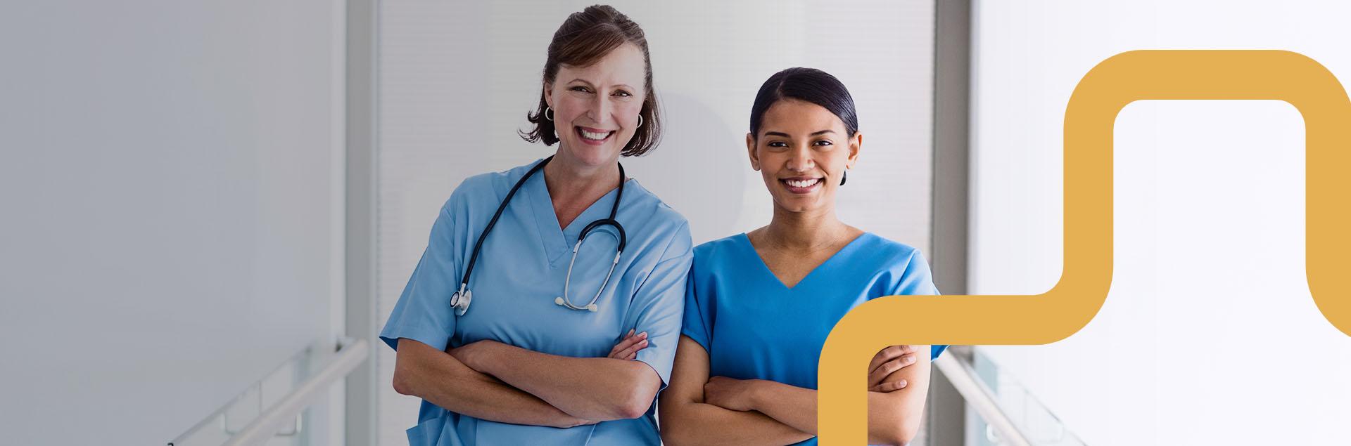 Kaksi sairaanhoitajaa työpaikallaan